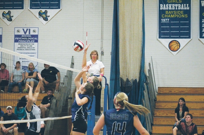 Despite 'silly mistakes,' SD volleyball team wins match
